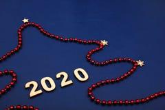 2020, szczęśliwy nowy rok Bożenarodzeniowi dekoracja koraliki, choinka i obrazy stock