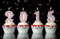 Szczęśliwy nowy rok dla 2015 czerwonych aksamitnych babeczek Fotografia Royalty Free