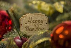 Szczęśliwy nowy rok, jedlinowe gałąź, Bożenarodzeniowe dekoracje, piłki, holi Zdjęcie Royalty Free