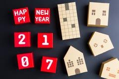 Szczęśliwy nowy rok 2017 liczb na czerwonych papierowego pudełka sześcianach i domowym archi Fotografia Stock