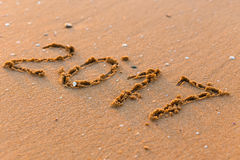 Szczęśliwy nowy rok 2017 na dennej plaży Obraz Royalty Free