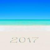 Szczęśliwy nowy rok 2017 na piaskowatego oceanu lata tropikalnej plaży Zdjęcia Stock