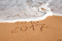 Szczęśliwy nowy rok 2017 na plaży Zdjęcia Royalty Free