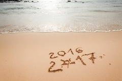 Szczęśliwy nowy rok 2017 na plaży Obrazy Stock
