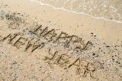 Szczęśliwy nowy rok pisać na tropikalnym plażowym piasku, kopii przestrzeń fotografia royalty free
