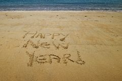 Szczęśliwy nowy rok pisać w złotym piasku Mała Kaiteriteri plaża zdjęcie royalty free