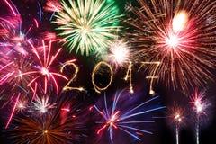 Szczęśliwy nowy rok 2017 pisać z błyskotanie fajerwerkiem na czarnym backg Zdjęcie Royalty Free