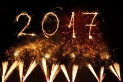 Szczęśliwy nowy rok 2017 pisać z błyskotanie fajerwerkiem na czarnym backg Obrazy Stock
