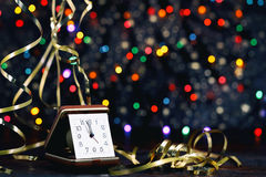 Szczęśliwy nowy rok 2017 Stary zegar na abstrakcjonistycznym tle Zdjęcie Royalty Free
