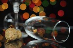 Szczęśliwy nowy rok wigilii przyjęcie z szampańskimi szkłami i korkiem Zdjęcia Stock