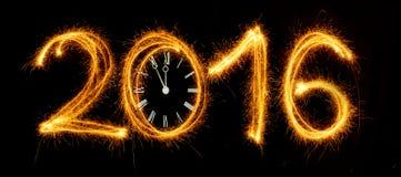 Szczęśliwy nowy rok - 2016 z zegarową twarzą robić z sparklers na bla Obraz Stock