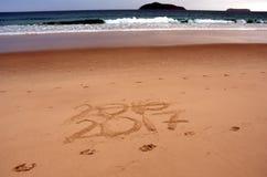 Szczęśliwy nowy rok 2017 zamienia 2016, piszący list na plaży Obrazy Royalty Free