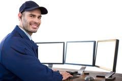 Szczęśliwy ochrona oficer używa komputer zdjęcia stock