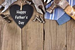 Szczęśliwy ojca dnia chalkboard serce z wierzchołek granicą na drewnie Obraz Royalty Free