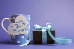 Szczęśliwy ojca dnia polki kropki błękitny kawowy kubek & prezent Obraz Royalty Free