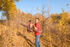 Szczęśliwy ojca i dziewczyny córki latanie na jego ręki zdjęcie stock