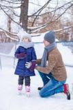 Szczęśliwy ojca i małej dziewczynki wakacje na łyżwiarstwie Fotografia Royalty Free