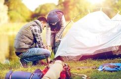 Szczęśliwy ojca i syna utworzenia namiot outdoors Obraz Royalty Free