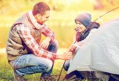 Szczęśliwy ojca i syna utworzenia namiot outdoors Fotografia Royalty Free