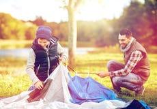 Szczęśliwy ojca i syna utworzenia namiot outdoors Obraz Stock