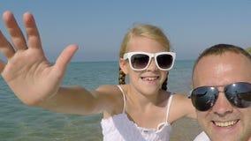 Szczęśliwy ojciec i córka bawić się na plaży zbiory