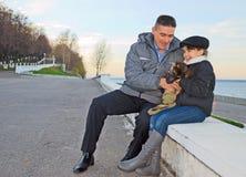 Szczęśliwy ojciec i córka na spacerze. Obraz Royalty Free