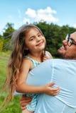 Szczęśliwy ojciec I dziecko Ma zabawę Bawić się Outdoors Rodzinny czas Fotografia Royalty Free
