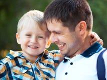 Szczęśliwy ojciec i jego dziecko syn ma zabawę w parku Zdjęcia Stock