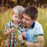 Szczęśliwy ojciec i jego dziecko syn ma zabawę w parku Zdjęcie Stock