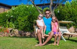 Szczęśliwy ojciec i jego urocze małe córki obraz royalty free