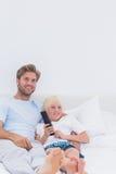 Szczęśliwy ojciec i syn ogląda TV wpólnie Zdjęcie Stock