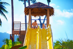 Szczęśliwy ojciec i syn przygotowywamy ono ślizgać się w tropikalnym aqua parku Zdjęcie Royalty Free