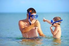 Szczęśliwy ojciec i syn snorkeling Zdjęcie Stock