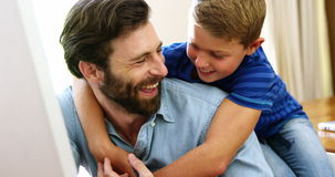 Szczęśliwy ojciec i syn trzyma each inny zbiory wideo