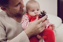 Szczęśliwy ojciec ma zabawę z nowonarodzonym dziecko synem, rodzinny portret Zdjęcie Royalty Free