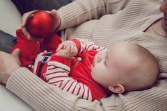 Szczęśliwy ojciec ma zabawę z nowonarodzonym dziecko synem, rodzinny portret Fotografia Stock