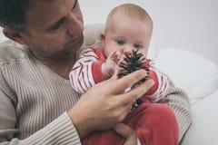 Szczęśliwy ojciec ma zabawę z nowonarodzonym dziecko synem, rodzinny portret Obraz Royalty Free