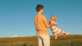 Szczęśliwy ojciec obraca córki ` s ręki, zbiory wideo