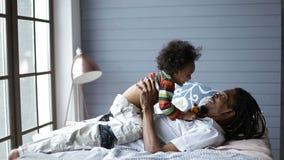 Szczęśliwy ojciec podnosi jego ślicznego syna w powietrzu zbiory wideo