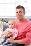 Szczęśliwy ojciec trzyma pięknej dziewczynki fotografia royalty free