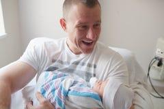 Szczęśliwy ojciec z nowonarodzonym dzieckiem Zdjęcia Royalty Free