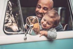 Szczęśliwy ojciec z synem jedzie samochód obrazy royalty free