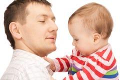Szczęśliwy ojciec z uroczym dzieckiem Obrazy Stock