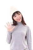 Szczęśliwy, ono uśmiecha się, radosna kobieta jest ubranym dzianina kapelusz, rezygnuje jej rękę ty Zdjęcia Royalty Free