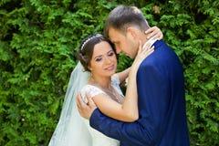 Szczęśliwy państwo młodzi na ich ślubie obrazy stock
