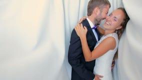 Szczęśliwy państwo młodzi na ich dniu ślubu na białym tle zbiory wideo