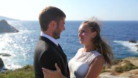 Szczęśliwy państwo młodzi na seashore na ich dniu ślubu Pojęcie szczęśliwy życie rodzinne zbiory