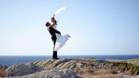 Szczęśliwy państwo młodzi na seashore na ich dniu ślubu Pojęcie szczęśliwy życie rodzinne zdjęcie wideo