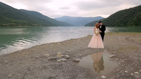 Szczęśliwy państwo młodzi na tle rzeka Piękny odbicie nowożeńcy w wodzie zbiory