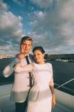 Szczęśliwy państwo młodzi podróżuje wpólnie na jachcie Zdjęcia Royalty Free